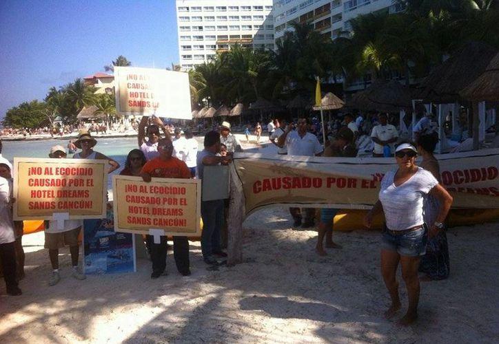 Más de 50 personas se reunieron en la playa. (Sergio Orozco/SIPSE)
