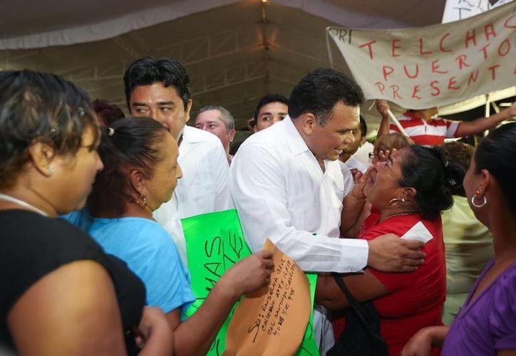 El gobernador de Yucatán, Rolando Zapata Bello, convive con gente de Motul. (SIPSE)
