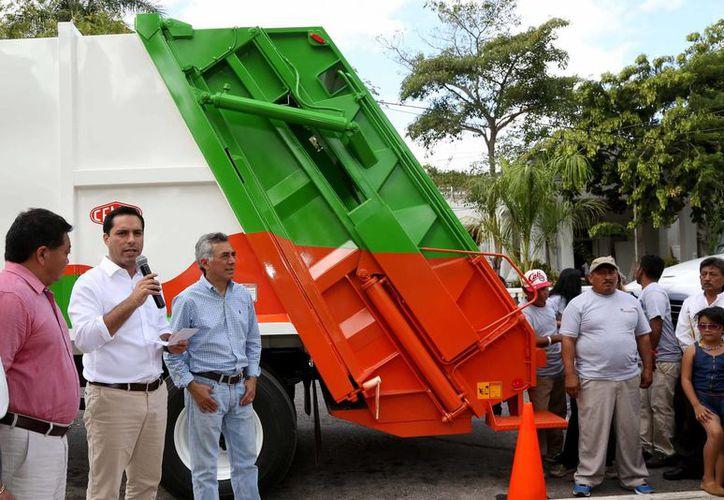 El alcalde Mauricio Vila dio este miércoles el banderazo de salida de tres modernas unidades de recolección de basura, que serán utilizadas por la empresa Pamplona en Mérida. (Foto cortesía del Gobierno de Mérida)
