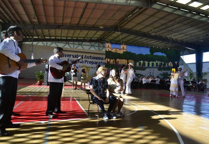 Tres días de fiesta cultural, con 365 actividades que contribuyen en la formación integral de los estudiantes, es lo que hay en el Festival de la Cultura y las Artes 2016 de la Uady, que este jueves fue inaugurado. (SIPSE)