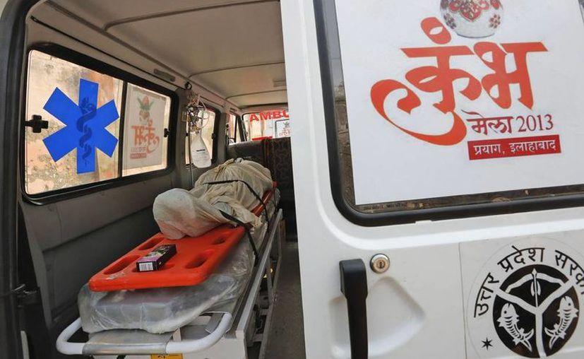 Una estampida causa la muerte a decenas de peregrinos hindúes en la India. En la imagen, un ambulancia con una víctima tras un estampida en Allahabad, Uttar Pradesh, India. (Efe)