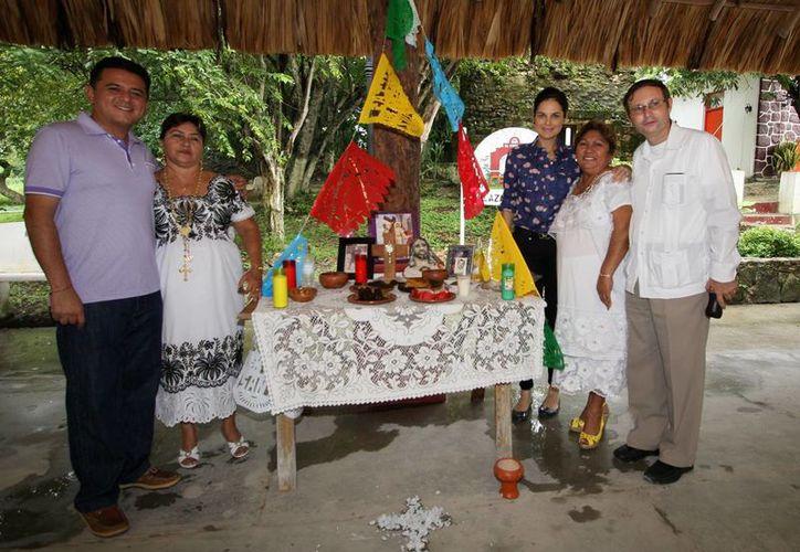 """Habitantes montaron una muestra de altares con  motivo del """"Día de Muertos"""". (Cortesía/SIPSE)"""