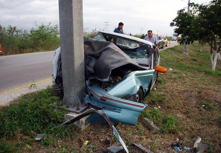 El Cavalier quedó destrozado y el conductor sólo tuvo probable fractura de pierna. (Milenio Novedades)
