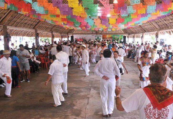 Los cedraleños, visitantes y maestros se dieron cita en la palapa principal del poblado. (Cortesía/SIPSE)
