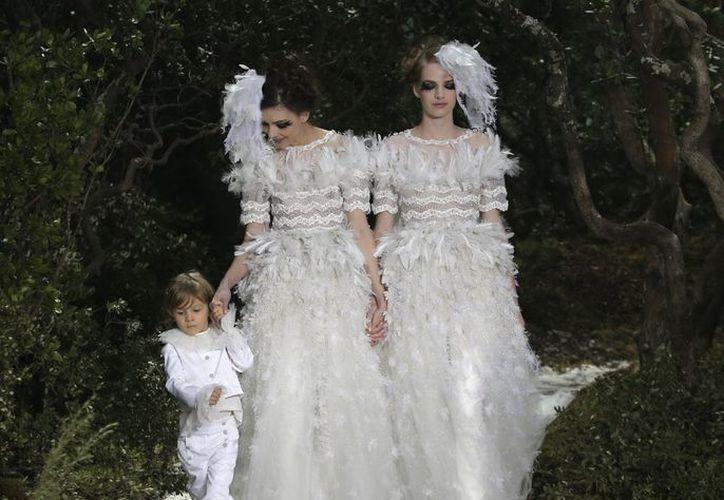 Karl Lagerfeld envió a dos modelos vestidas de novia tomadas de la mano, demostrando su apoyo a la legalización del matrimonio gay en Francia. (Agencias)