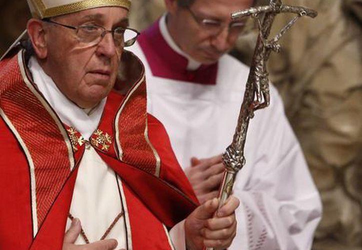 El obispo Juan Barros es señalado de encubrir los abusos sexuales cometidos por el sacerdote chileno Fernando Karadim. En la foto, el Papa Francisco, a quien piden revocar el nombramiento de Barros. (Foto de archivo de AP)