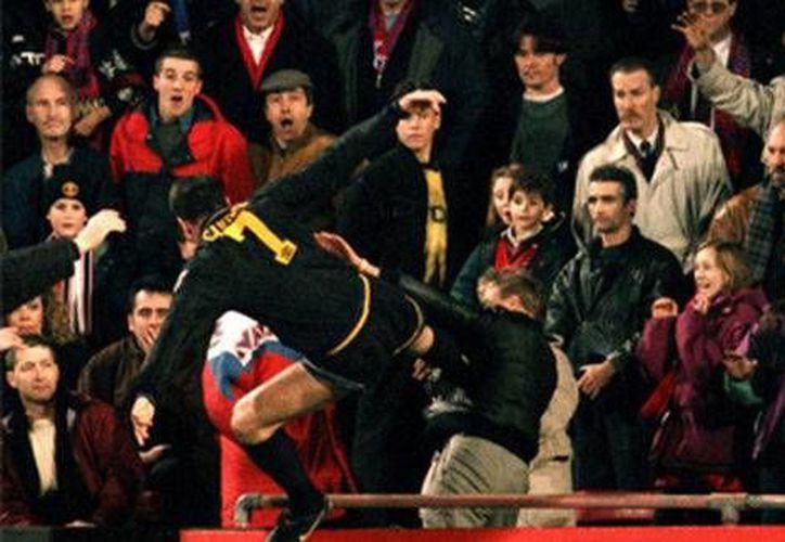 Momento en que el jugador francés Eric Cantona agrede a un aficionado. (Milenio)
