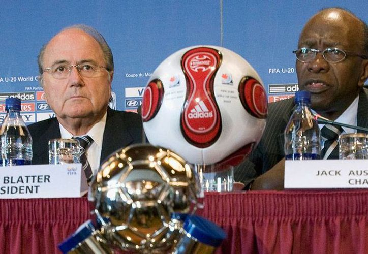 Jack Warner (der), exvicepresidente de FIFA, fue vetado de por vida para trabajar en el futbol, anunció la propia organización. En la imagen, aparece con el actual presidente Joseph Blatter. (Archivo/AP)
