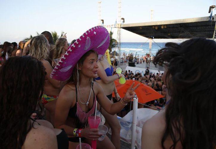 Cada año incrementa el número de jóvenes turistas que llegan al destino. (Israel Leal/SIPSE)