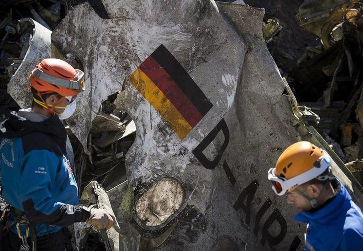 Esta imagen del 31 de marzo de 2015, proporcionada por el Ministerio del Interior de Francia,  mnuestra rescatistas franceses trabajando entre los restos del avión de Germanwings que se estrelló cerca de Seyne-les-Alpes, Francia. (Foto AP/Yves Malenfer, Ministere de l'Interieur)