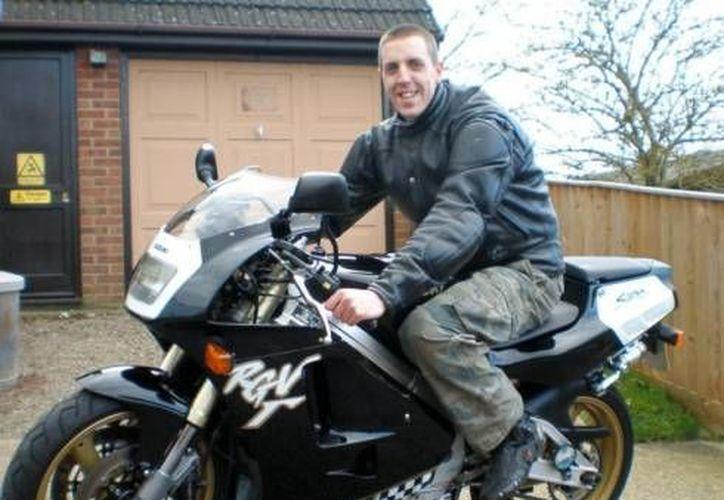 El video de la muerte del motociclista David Holmes fue difundido con la autorización de su familia. (Excélsior)