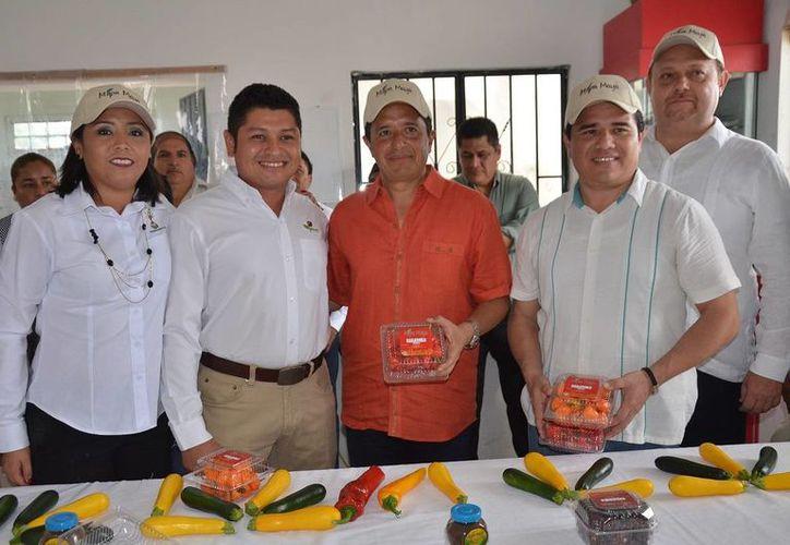 Durante el banderazo del primer embarque, estuvo presente el Gobernador del Estado Carlos Manuel Joaquín González. (Eddy Bonilla/ SIPSE)