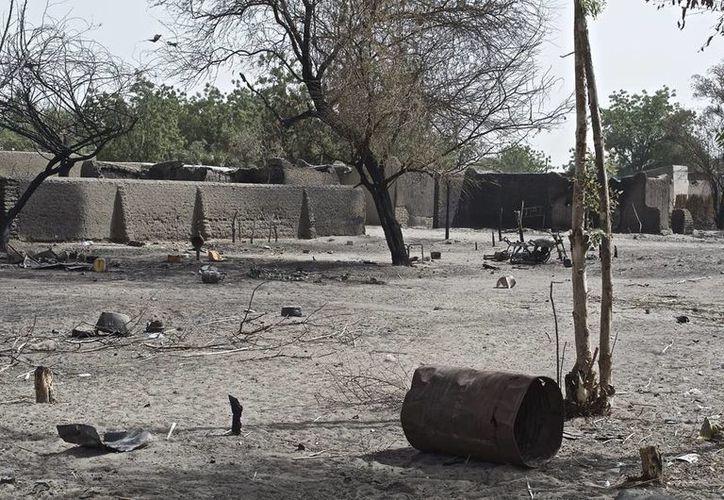 Imagen de Ngouboua, primera aldea chadiana atacada por Boko Haram, en la orilla chadiana del lago Chad. Todavía se pueden ver edificios semiderruidos y recubiertos de hollín. (EFE/Archivo)