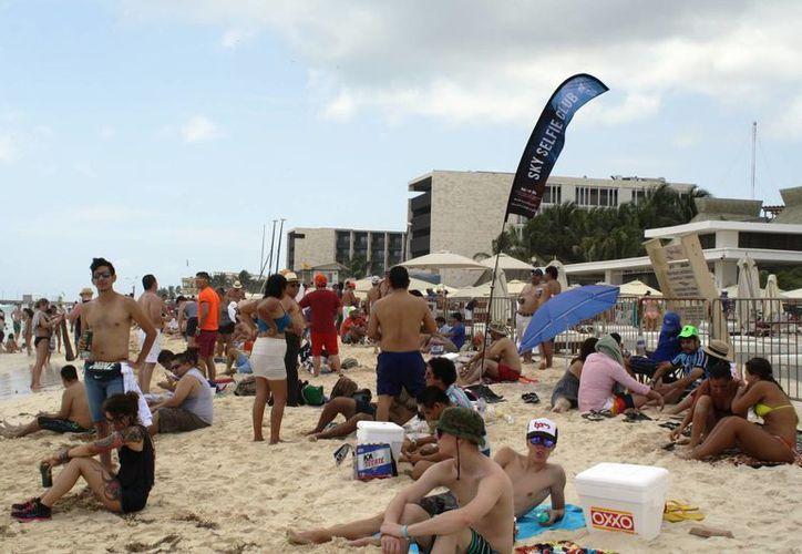 Durante el Viernes Santo Protección Civil estimó que hubo 8 mil personas en las playas del centro de Playa del Carmen. (Octavio Martínez/SIPSE)