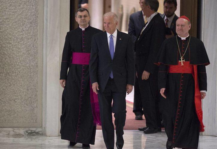 El vicepresidente de Estados Unidos, Joe Biden, a su llegada a la tercera conferencia internacional sobre los progresos de la medicina regenerativa, en el aula Pablo VI en Ciudad del Vaticano. (EFE)