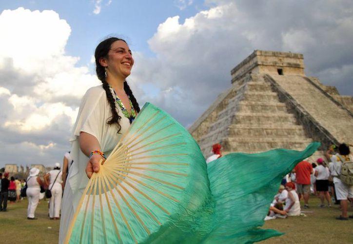 Yucatán tiene potencial para el turismo verde debido a su gran riqueza cultural, apuntó una experta de la ONU. En la imagen, una turista durante el solsticio de verano en Chichén Itzá. (SIPSE)