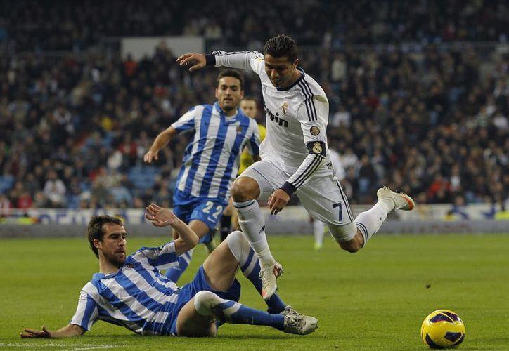 Cristiano es alcanzado por  Mikel Gonzalez (i) y   Daniel Estrada, de la Real Sociedad. (Agencias)