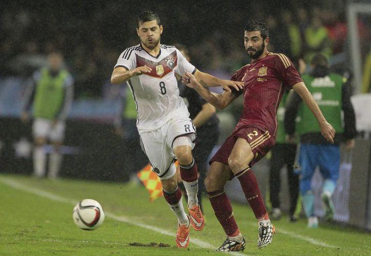 Kevin Volland (i) y Raul Albiol disputan el esférico en el partido amistoso entre Alemania y Portugal, donde hubo muchos jugadores novatos o de poca experiencia internacional. (Foto: Ap)