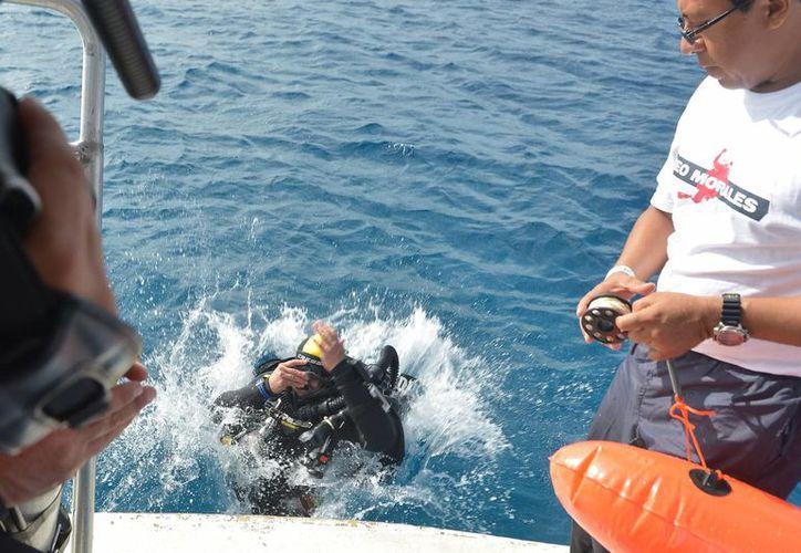 Leo logró ser la primera persona con discapacidad en sumergirse en las aguas de Cozumel125 metros en el 2012. (Gustavo Villegas/SIPSE)