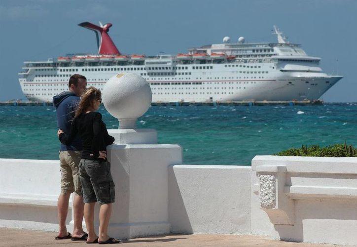 A lo largo de la semana el muelle Punta Langosta recibirá ocho cruceros. (Gustavo Villegas/SIPSE)