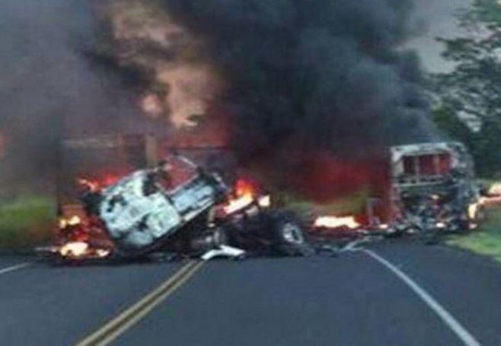 Los fallecidos en el accidente murieron calcinados al incendiarse las unidades involucradas. (MILENIO)