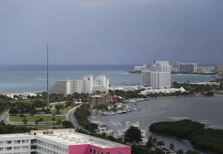 La contaminación visual de la zona hotelera brinda una mala imagen al visitante, dijo Sergio González Rubiera, presidente de la Amav. (Israel Leal/SIPSE)