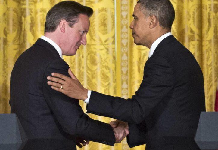 Obama y el primer ministro británico, David Cameron al finalizar la conferencia de prensa conjunta en la Casa Blanca. (Agencias)