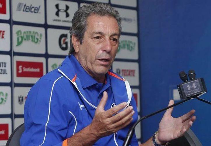 Tomás Boy salió molesto tras el empate entre Cruz Azul y Pumas, el domingo pasado. (Notimex)