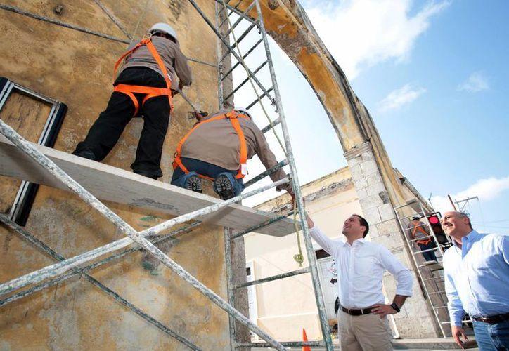 El alcalde de Mérida inspecciona el inicio de los trabajos de rescate de los Arcos de Dragones. (Foto cortesía del Ayuntamiento de Mérida)