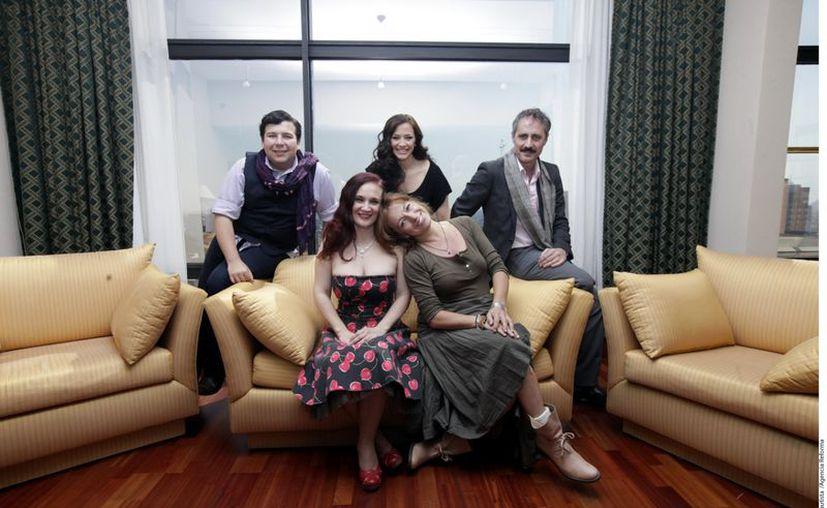 Andrés Sáez, Alejandra Desiderio, Milena Pezzi, Anahí Allué y Paco Morales destacan la unión familiar y costumbres navideñas en México. (Agencia Reforma)