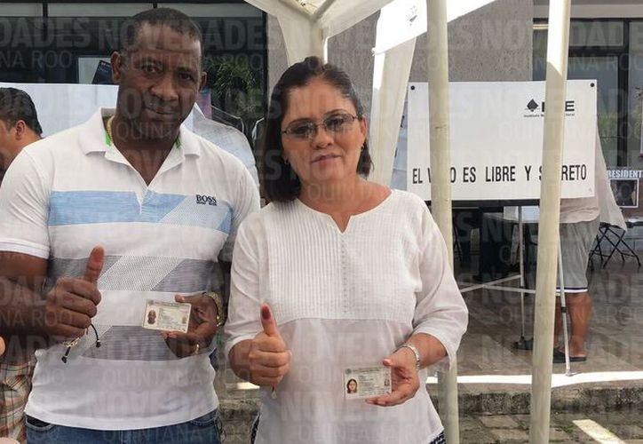 María Luisa Del Carmen Alcérreca Manzanero, presidenta municipal de Othón P. Blanco, acudió a votar  acompañada de su esposo, Norberto Charles Conté. (Claudia Martin/SIPSE)