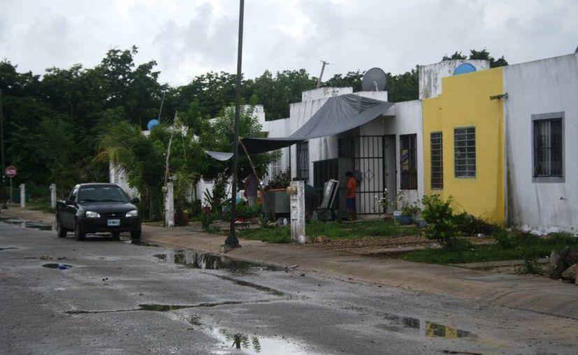 Los propietarios legítimos de las casas que sí se vendieron en el fraccionamiento In House, piden seguridad ante las invasiones.  (Octavio Martínez/SIPSE)