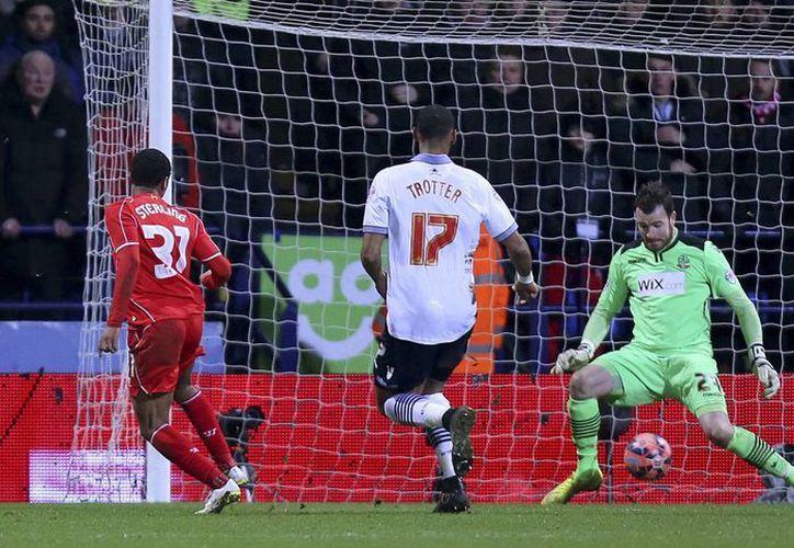 Bolton sufrió una expulsión al minuto 66, pero tuvieron que pasar 20 minutos para Liverpool empatara por conducto de  Raheem Sterling (foto) y cinco más para ganar en la FA Cup. (Foto: AP)