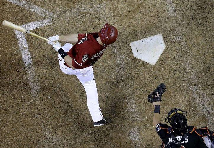 Paul Goldschmidt, de Diamondbacks, hace efectiva una jugada en el duelo contra Marlins.  (Foto: AP)