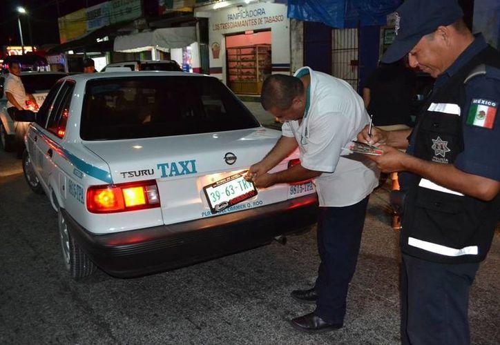 Los taxistas que se resisten a eliminar el polarizado de sus vidrios son sancionados con infracciones, retiro de placas o confiscación de la unidad. (Redacción/SIPSE)