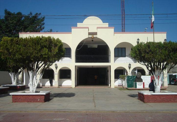 El alcalde morelense José Domingo Flota Castillo, ha sido criticado por derrochar dinero en fiestas, como la que recientemente hizo en honor a su hermano. (Carlos Yabur/SIPSE)