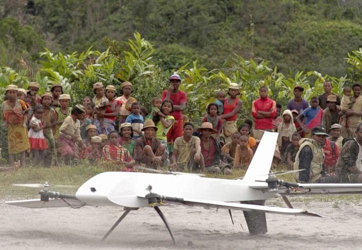Un dron despega de la remota aldea de Ranomafana, en Madagascar, para transportar especímenes a un laboratorio para ser sometidos a pruebas científicas. Foto tomada el 27 de julio del 2016, de un video facilitado por la empresa Vayu, Inc. (Stony Brook University/Vayu Inc. via AP)
