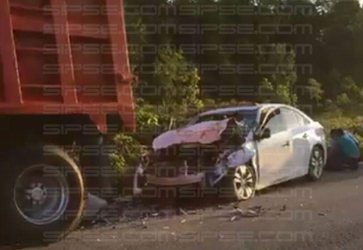 El percance ocurrió cuando un vehículo de la marca Chevrolet, trio Cruze, color blanco, se estrelló en la parte posterior de un volquete. (Enrique Mena/SIPSE)