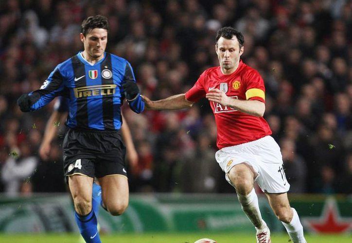 El argentino Javier Zanetti (i) y el galés Ryan Giggs son de esos jugadores cada vez más escasos. El primero jugó toda su carrera con Inter de Milan, y el otro hizo lo mismo con Manchester United. (huffingtonpost.com)