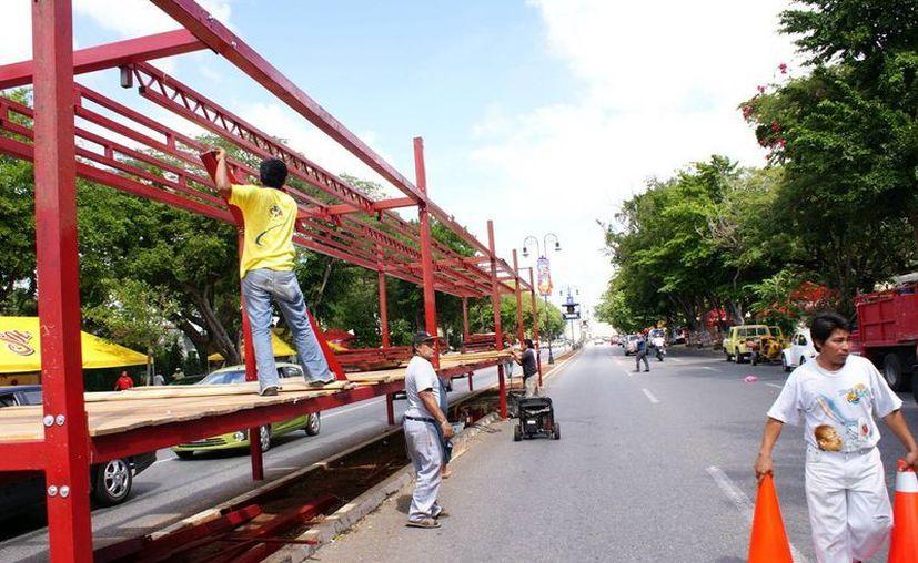 El desfile del Carnaval pasa por la avenida Paseo de Montejo. (Milenio Novedades)