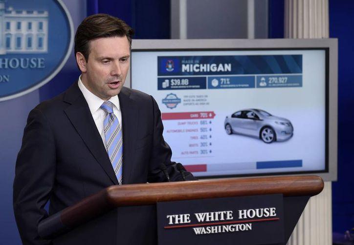 El secretario de prensa de la Casa Blanca usa un gráfico para explicar el Acuerdo Transpacífico en un encuentro con la prensa. (Agencias)