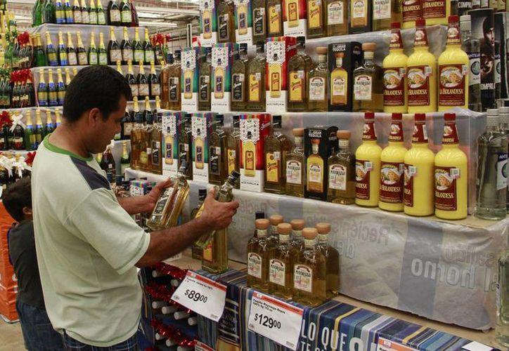 Los fiscales recorren los establecimientos verificando que se cuente con permiso vigente para la venta de alcohol. (Jesús Tijerina/SIPSE)
