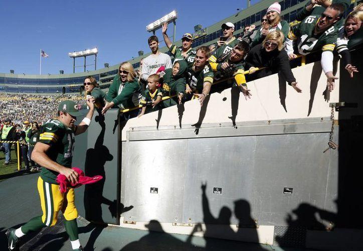 El quarterback Aaron Rodgers de los Packers de Green Bay sale de la cancha tras la victoria 22-9 ante los Lions de Detroit, este domingo. (Agencias)