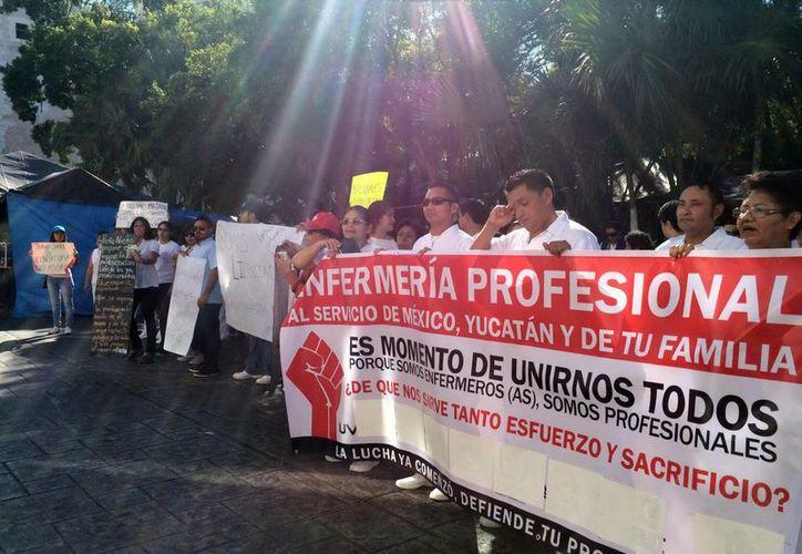 Imagen de los profesionales de la salud durante su protesta, que concluyó ayer frente a Palacio de Gobierno. (Milenio Novedades)