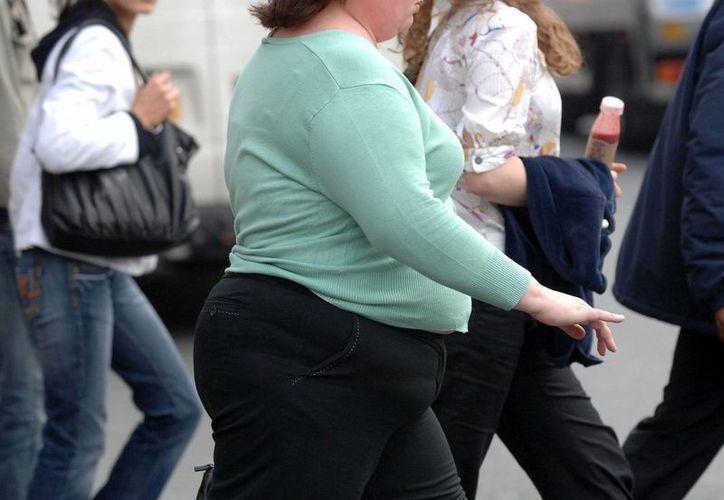 Especialistas consideran que, aunque varios caso de obesidad son por razones hereditarias, el problema mayor es la falta de cuidados médicos preventivos. (Agencias)
