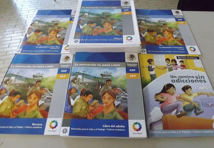 Libros que el instituto implementa para la educación de los adultos. (Cortesía/SIPSE)