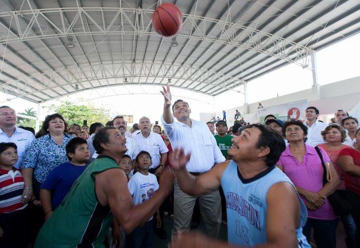 Con una 'cascarita' de basquetbol el Gobernador inauguró este domingo una cancha de uso múltiples en la comisaría de San Francisco Manzanilla, en Dzidzantún. (Cortesía)