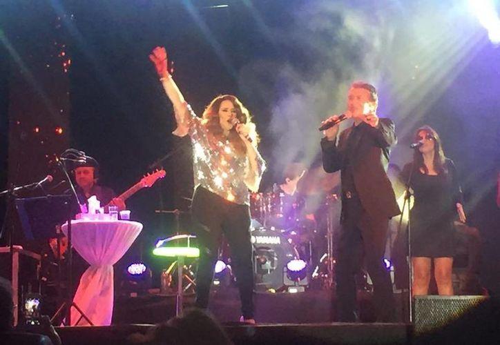 Napoleón tuvo como invitada especial a Manoella Torres, con quien cantó el éxito 'Acéptame como soy'. (Milenio Novedades)