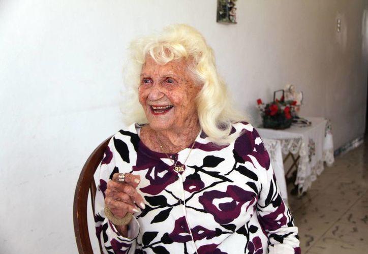Adelina Erosa Pérez fue entrevistada en su casa, donde estuvo acompañada de por sobrinos nietos Rafael y Cecilia Bejarano Erosa. (José Acosta/SIPSE)