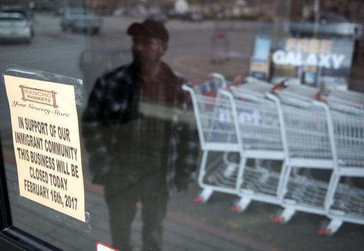 """Este jueves, cientos de establecimientos en EU cerraron sus puertas en apoyo al movimiento 'un día sin inmigrantes'. En el letrero de este supermercado dice: """"en apoyo a nuestra comunidad inmigrante, este negocio estará cerrado este viernes 17 de febrero"""". (AP/Lennie Mahler)"""